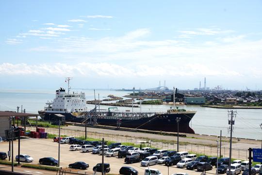 伏木港に接岸したタンカー船